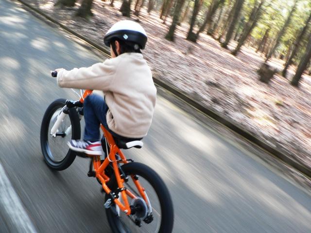 自転車走行するときはヘルメットとライトを装着しよう